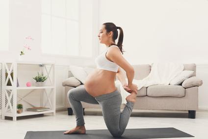 Foto einer Hochschwangeren beim Yoga zu Hause - Bildquelle: Fotolia.de@Prostock-studio